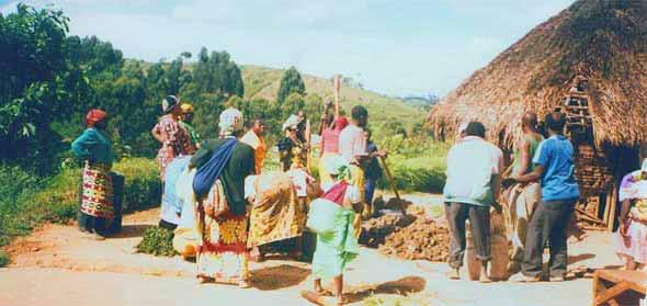 Villageois malaxant l'argile pour la fabrication des briques au Nord Kivu
