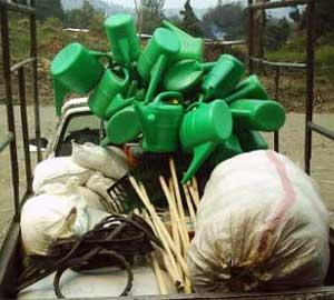 Distribution de matériel de jardinage et de semences aux orphelins du sida