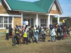 Enfants des rues jouant devant le Point d'Ecoute