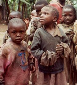De jeunes enfants passent la frontière à Goma