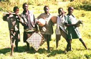 enfants des rues au Rwanda : tout est prêt pour un grand après-midi de jeux