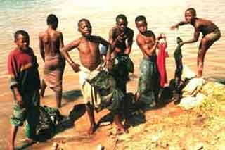 enfants des rues au Rwanda : lessive sur la  plage