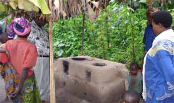 Foyer de cuisson amélioré pour une famille du Rwanda