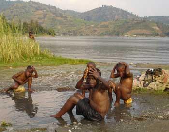 Toilette des enfants de la rue dans le lac Kivu