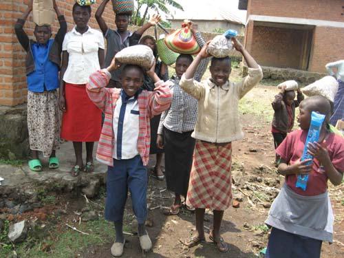 Aide alimentaire apportée aux enfants vulnérables par le Point d'Ecoute au Rwanda