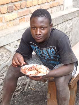 Repas d'un enfant des rues au Rwanda