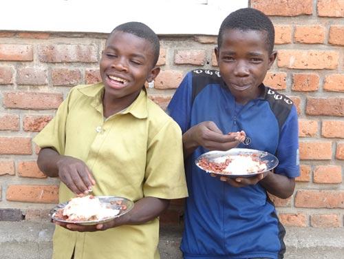 Service d'un repas de midi aux enfants vulnérables par le Point d'Ecoute au Rwanda