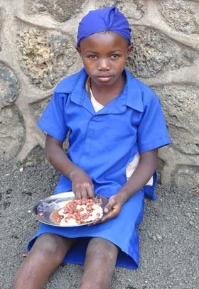 Repas d'une petite fille de la rue au Rwanda