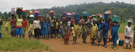 Distribution d'aide alimentaire aux orphelins du sida au Rwanda