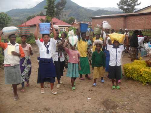 Distribution d'aide alimentaire aux orphelins du sida du Rwanda