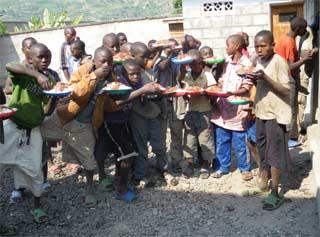 Repas de midi servi aux des enfants des rues par le Point d'Ecoute