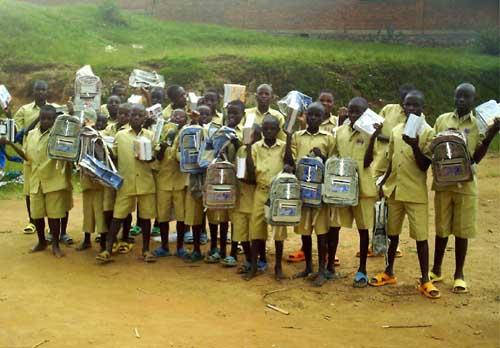 Distribution de matériel scolaire aux enfants vulnérables du Rwanda