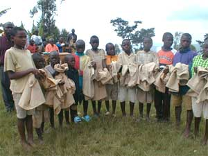 Distribution des uniformes scolaires aux orphelins du sida
