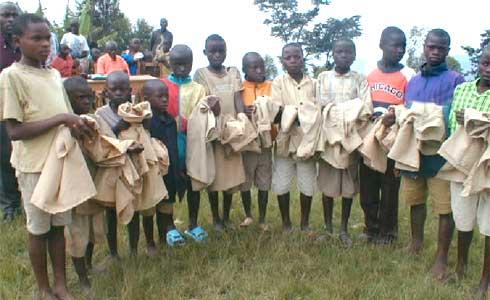 Distribution des uniformes scolaires aux orphelins du sida au Rwanda