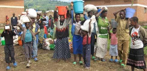 Distribution de vivres aux orphelins du sida au Rwanda