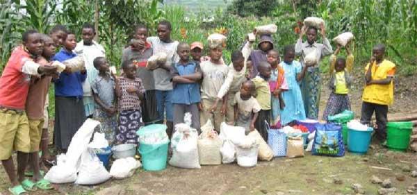 Distribution alimentaire aux orphelins du sida