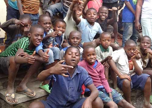 En Afrique, les enfants des rues du Point d'Ecoute de Gisenyi au Rwanda