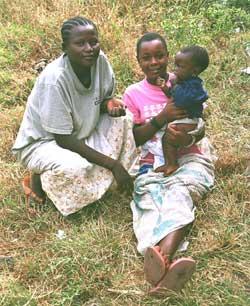 Jeunes filles du projet avec leur bébé width=