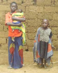 Jeune mère, son bébé et sa jeune soeur au Rwanda