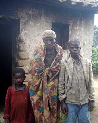 Orphelins du sida du Rwanda et leur grand-mère très âgée