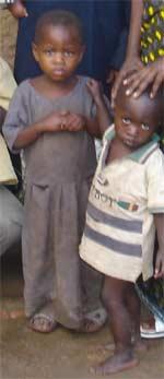 >Frère et soeur orphelins du sida au Rwanda