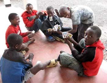 Les enfants des rues aiment beaucoup les jeux de cartes