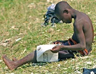 Les enfants des rues font leur toilette dans le Lac Kivu