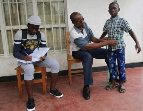 Prise de mesures pour la confection des uniformes scolaires au Rwanda