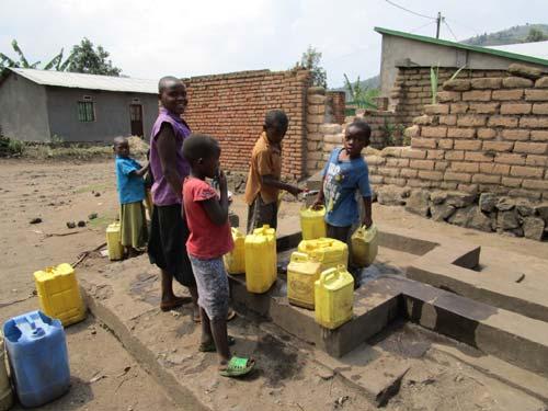 En Afrique, puisage de l'eau par des enfants du Rwanda