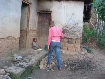Corvée de bois au Rwanda : Assumpta a ramassé du bois mort pour la cuisson