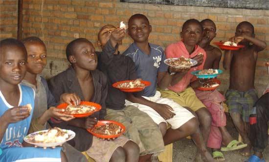 Repas servi aux enfants des rues au Point d'Ecoute