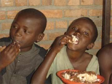 Repas de midi pour les enfants des rues
