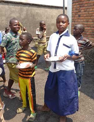 Repas de midi des enfants des rues au POint d'Ecoute de Gisenyi au Rwanda