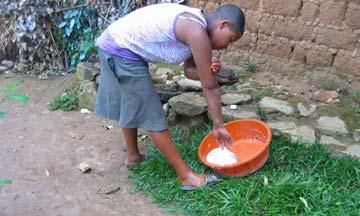 Toilette du matin dans la cour au Rwanda