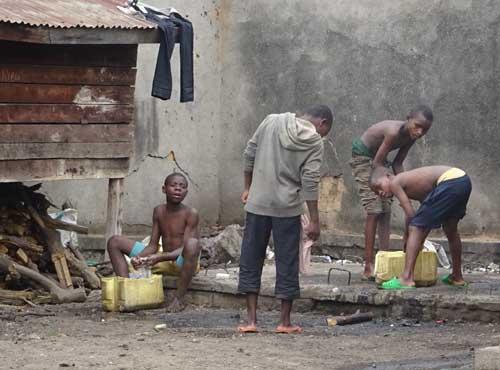 Afrique : Toilette des enfants des rues de Gisenyi au Rwanda