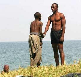 Les enfants des rues jouent et se défoulent au bord du Lac Kivu
