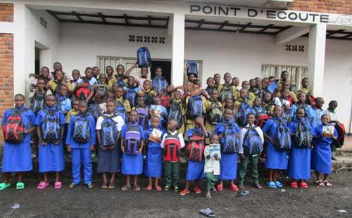 Distribution de matriel scolaire aux orphelins et enfants des rue au Rwanda