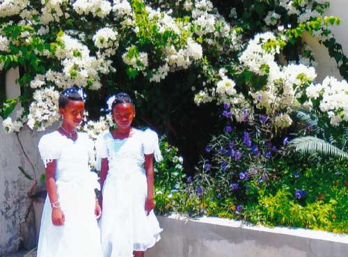 Enfants de l'orphelinat de Majunga à Madagascar en tenue de fête