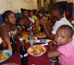 Repas de Noël à l'orphelinat de l'Ile Ste Marie à Madagascar
