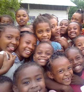 Sourires des orphelines d'Amboangibé à Madagascar