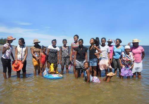 Les orphelines de l'Ile Ste Marie profitent de la plage pendant les vacances