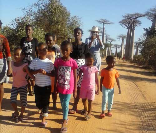 Les orphelins visitent l'allée des baobabs à Morondova, Madagascar