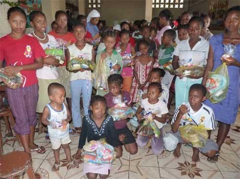 Cadeaux de Noël aux orphelins de l'orphelinat des Filles de Marie de l'Ile Ste Marie