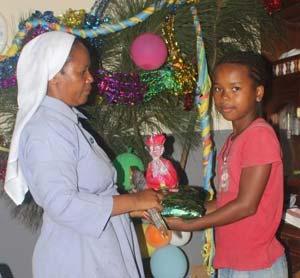 Distribution de cadeaux aux orphelins de Sambava à Madagascar
