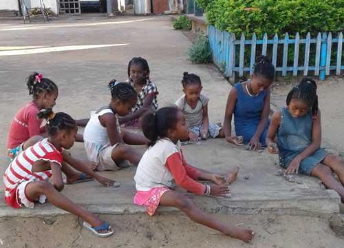 Les enfants de l'orphelinat de l'Ile Ste Marie jouent dans la cour