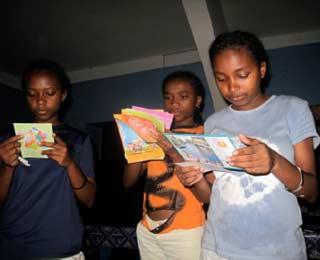 Les enfants de l'orphelinat des Filles de Marie lisent les courriers des parrains et marraines