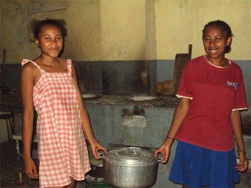 Les enfants en cuisine à l'Orphelinat de Majunga