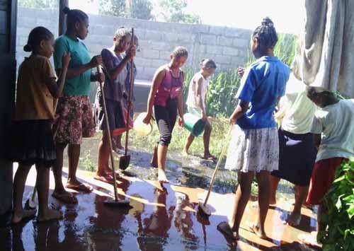 Nettoyage de l'inondation et des dégâts causés dans l'orphelinat d'Antalaha par le passage du cyclone Enawo sur Madagascar