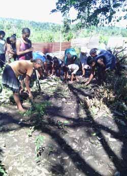 Les enfants de l'orphelinat de l'Ile Sainte Marie nettoient et réparent les dégâts causés par le passage du cyclone Enawo sur Madagascar