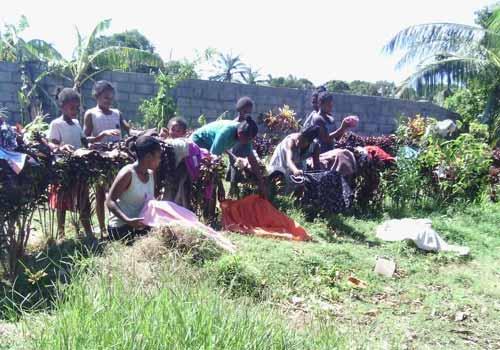 Sechage du linge après l'inondation causée dans l'orphelinat de Sambava par le passage du cyclone Enawo sur Madagascar